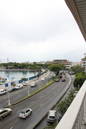 Tiare Tahiti Hotel: Rush Hour out the front