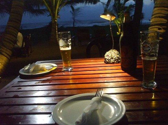 Sevana Beach Restaurant And Pub: テーブル