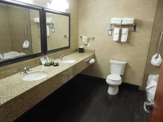 Best Western Blairmore: Great bathroom with lots of room