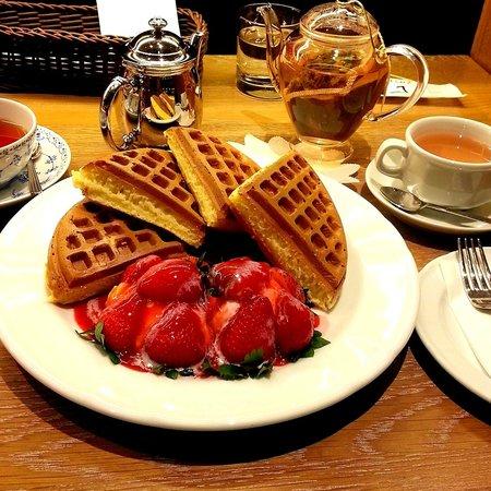 Melange Cafe: Strawberry waffle