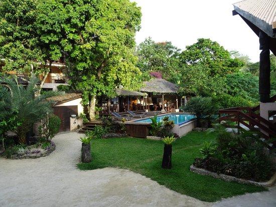 Fatumaru Lodge: garden and pool