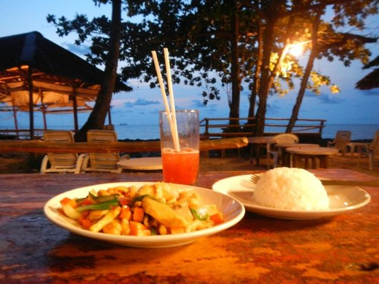 Lanta Marina Resort: Chicken with cashewnut and Mai Tai after sunset