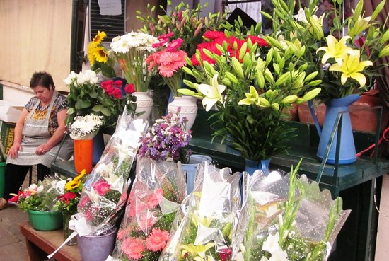 Mercado do Bolhão: Fresh flowers: but they start work early and a catnap is a good idea!