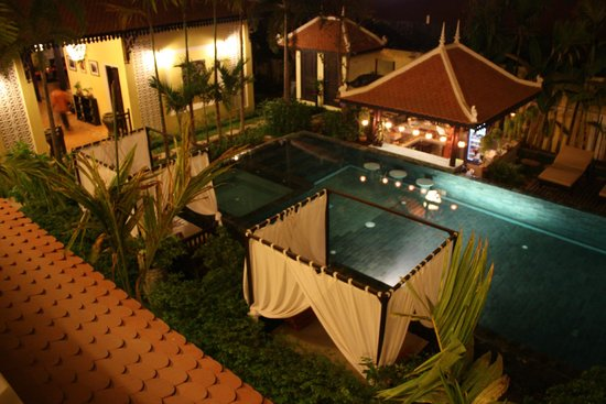 Residence Indochine D'angkor: night view to the pool