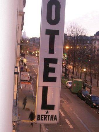 Hotel Bertha : Insegna e strada principale