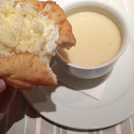 Menza: Cream soup with garlic and typical bread with cheese and cream