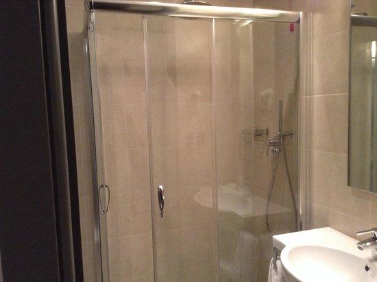 Tessera, Italia: camera molto bella con bagno bellissimo, funzionale e con tutti i confort