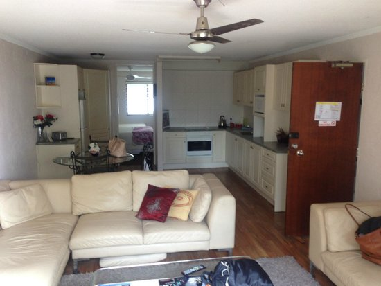 Burleigh Palms Holiday Apartments : louge/dinning/kitchen