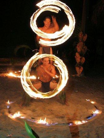 Tiki Village Cultural Centre: Les meilleurs danceurs de feu du Pacifique !