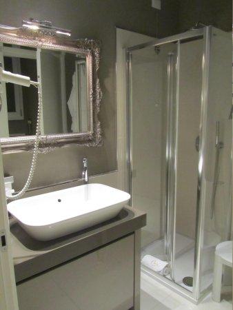 Opera Relais de Charme: Clean, modern bathroom