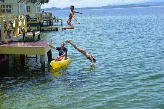 Punta Caracol Acqua Lodge: bañandonos desde terraza habitacion