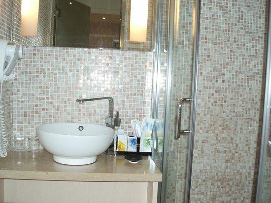 Linkworld Hotel: 右がシャワー室