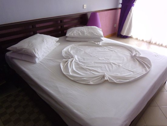 Paradise Beach Hotel : Bed after room make-up