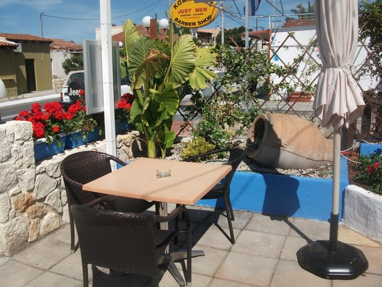 Gerani, Grekland: Sunny corner to enjoy a drink
