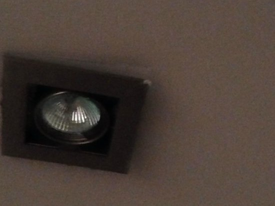 Oaks Goldsbrough Apartments: lights hanging out from the ceiling.. dangerous