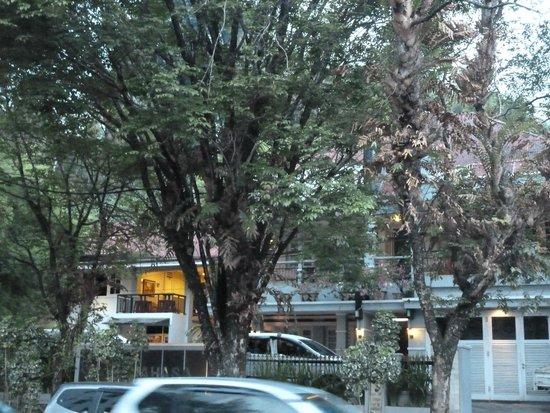 Minahasa Hotel Manado: Hotel from street