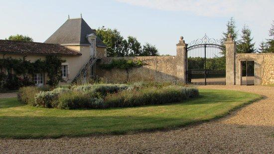 Chateau de Vaumoret : vista desde la fachada principal del chateau