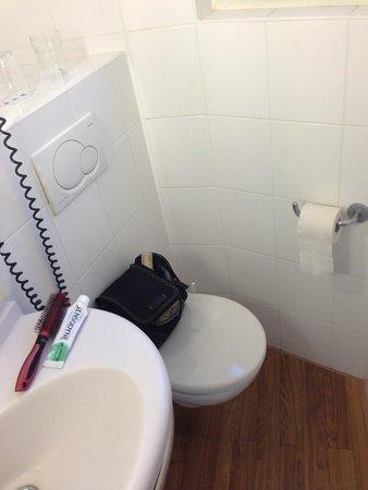 abstand zwischen wc und wand war so gering dass man sich. Black Bedroom Furniture Sets. Home Design Ideas