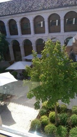 Parador de Alcalá de Henares: Inner courtyard/Bar and Outside Eating eating area