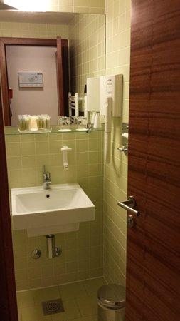 Island Hotel Istra: Lavandino e specchio
