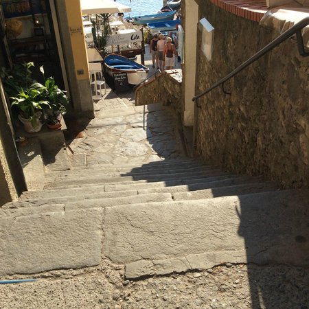 La Scogliera: one set of stairs leading down to marina from train station