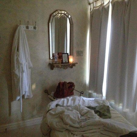 Hôtel Le Chantecler: Salle de massage très encombrée.