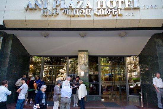 Ani Plaza Hotel: Entrance
