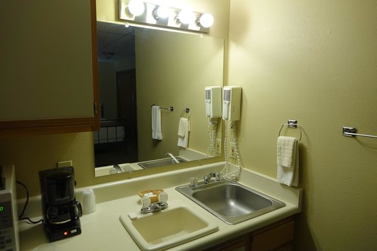 Boulder Twin Lakes Inn : Interesting kitchen and bathroom combo
