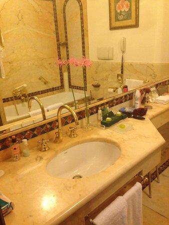 Due Torri Hotel : Bathroom sink