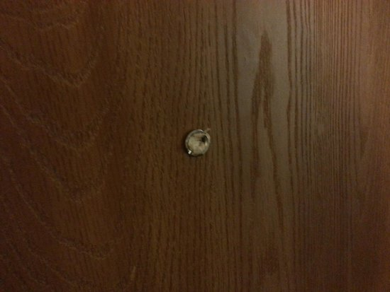 Econo Lodge Buckley : peep hole glass broken out and filled with toilet paper