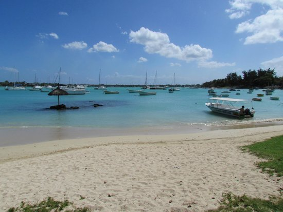 The Residence Mauritius: Praia na frente do hotel