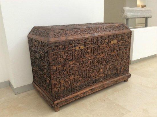 Midoun, Tunisia: coffre recouvert d'écritures coufiques
