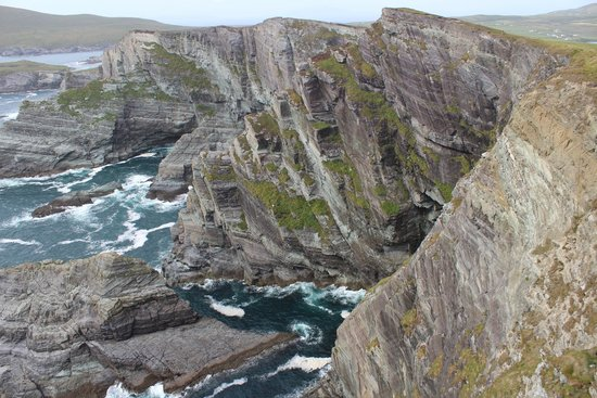 Currane Lodge : Cliffs with a view of the Skelligs