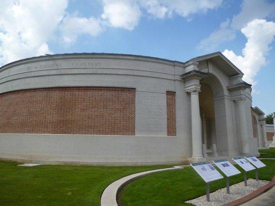 Faubourg-d'Amiens Cemetery : Extérieur du cimetière