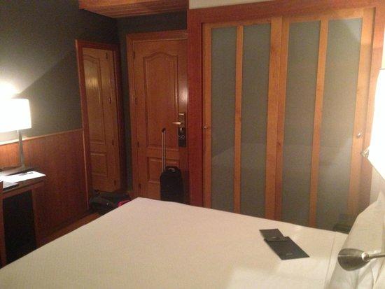 AC Hotel Carlton Madrid: the door