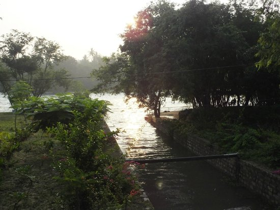 Amblee Holiday Resort: river side