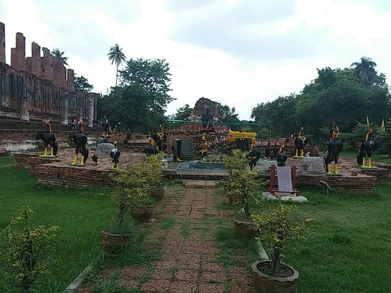 Ayutthaya Province, Tailândia: 黒い鶏の像が誇らしげ。