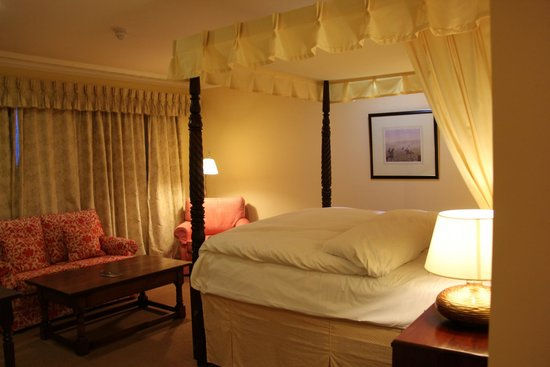 Dunraven Arms Hotel : Beautiful room with big comfortable bed