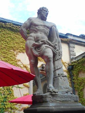 Liebieghaus : Escultura no café