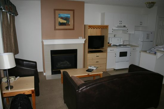 Banff Boundary Lodge : Wide spaced living room and kitchenette area