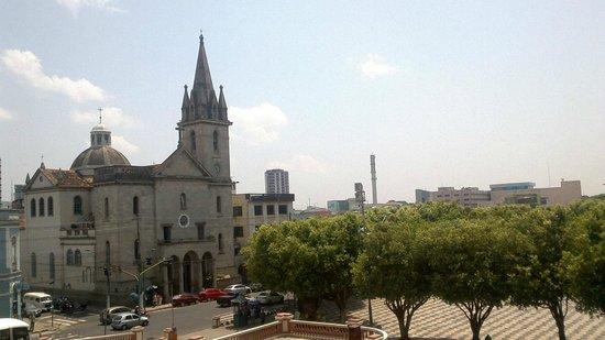 Igreja Sao Sebastiao: Vista a partir do teatro amazonas