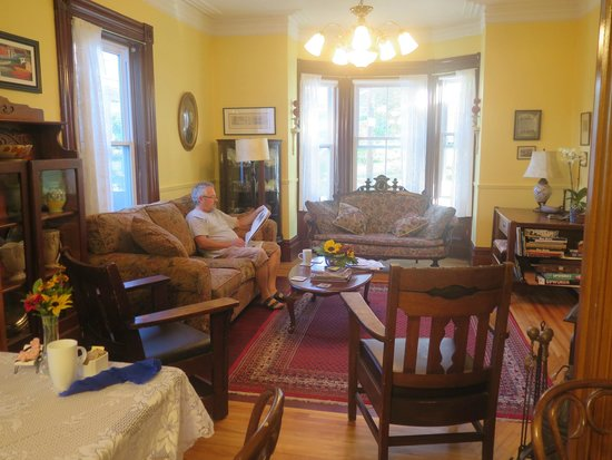 Pelham House Bed & Breakfast: The front lounge offers a cozy spot to relax and read.