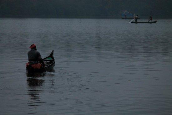 Club Mahindra Cherai Beach: Fishermen in the backwaters