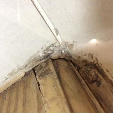 Governor West Bay Suites And Residence: Grimy floors