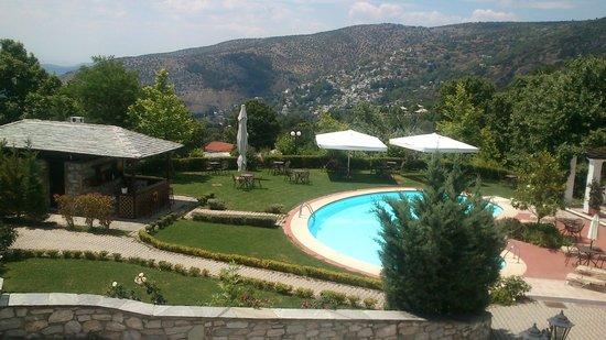Pelion Resort : do quarto se avista a piscina. Ao fundo, a cidade vizinha , Makrinitsa