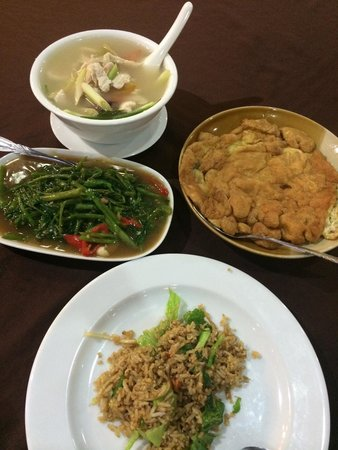 Wan Thai: Fried rice, Tom yam soup, omelette and kang kong