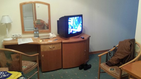 Hotel Grand: Sitting room with desk and television