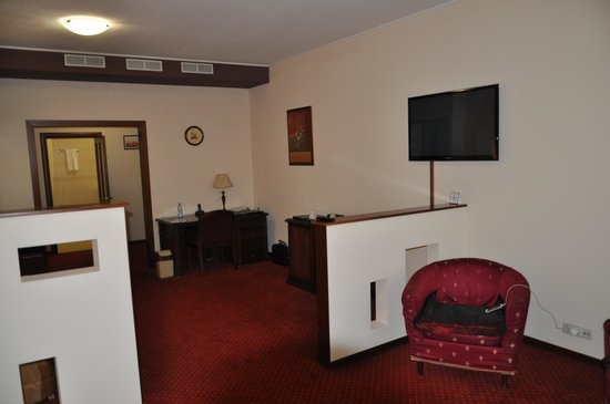 Red Royal Hotel: Desk area weak lighting and limited power points