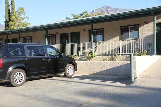 Barewood Inn & Suites: Vista parcheggio e camera esterna