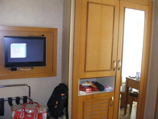 Zagreb Hotel: lcd tv and mini bar